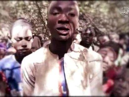 Uno de los niños secuestrados por Boko Haram en el noroeste de Nigeria, según el vídeo difundido este jueves por el grupo yihadista.