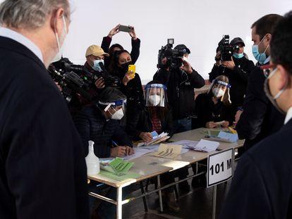 Varios trabajadores del Servicio Electoral de Chile (Servel) participan en una demostración del sistema de votación en uno de los centros que estarán habilitados durante los días 15 y 16 de mayo.