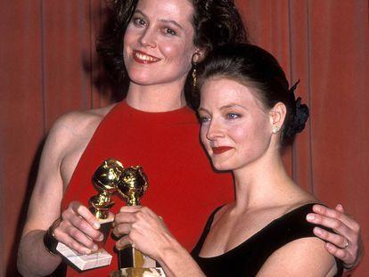 Las actrices Sigourney Weaver (izquierda) y Jodie Foster con los Globos de Oro a Mejor actriz que recibieron conjuntamente en 1989.