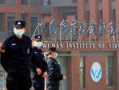 Personal de seguridad vigilando el Instituto de Virología de Wuhan, en una foto de archivo.