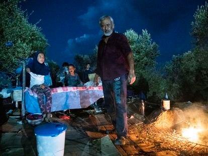 Un grupo de refugiados pasa la noche a la intemperie tras el incendio del campo de refugiados de Moria, en Lesbos (Grecia).