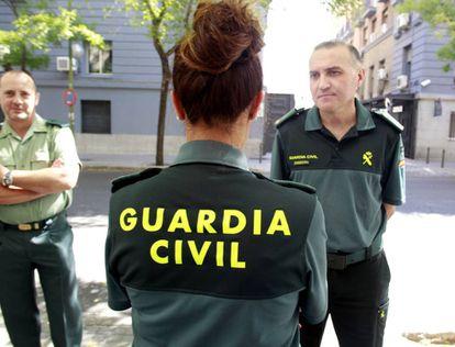 Pilar Villacorta, de espaldas, junto a otros miembros de la Asociación Unificada de Guardias Civiles (AUGC).