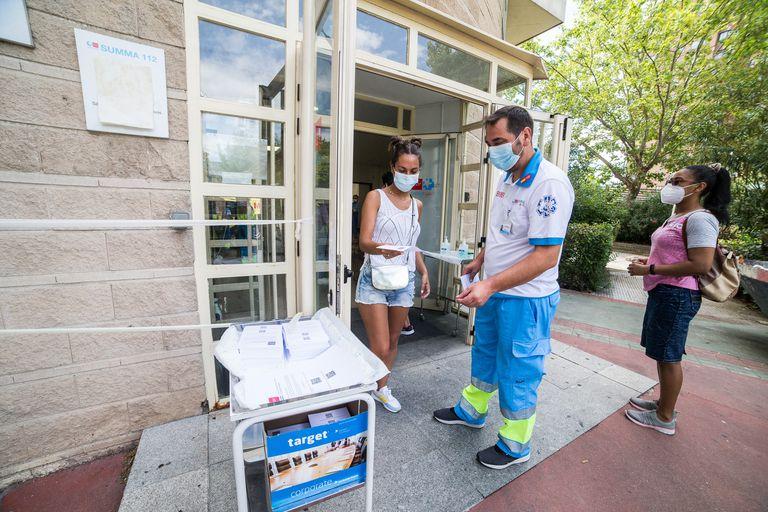 Dispositivo para realizar pruebas PCR en un centro de salud de Madrid, este jueves.