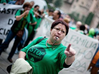 Una mujer protesta frente a la sede central de Catalunya Caixa en Barcelona.