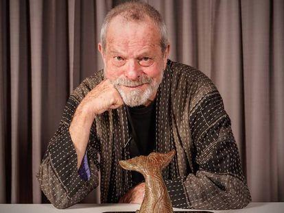 Terry Gilliam junto a su premio. En vídeo, tráiler de 'El Hombre que mató a Don Quijote'.