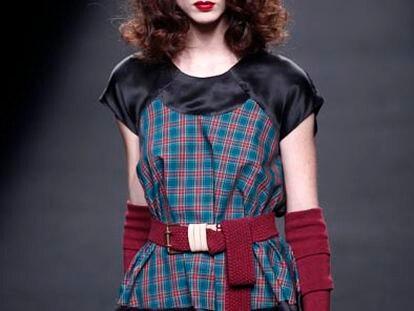 Una modelo exhibe un conjunto de Brain & Beast, en el salón de la Moda 080 Barcelona Fashion que se ha iniciado esta tarde en Barcelona.