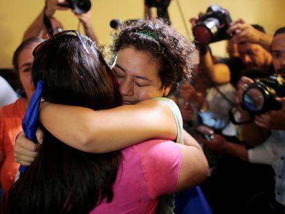 Maria Adilia Peralta, considerada presa política, se reúne con familiares tras ser liberada el lunes de la cárcel La Esperanza, de Nicaragua.