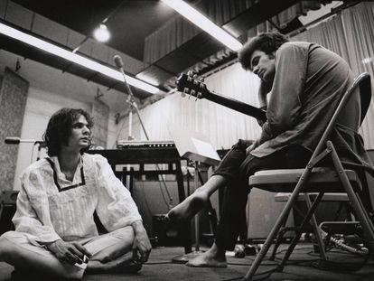 Al Kooper, con blusa blanca, y Mike Bloomfield, en las grabaciones.