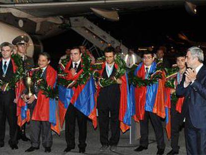 El presidente de Armenia, Serzh Sargsyán, a la derecha, recibe  en Yereván a la selección armeniana que ganó el oro en la Olimpiada de 2012.