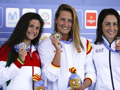 Catarina, ,Belmonte y Polieri, en el podio de 200 metros mariposa.