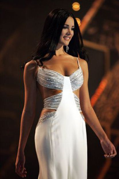 Spear desfila en la final de Miss Universo 2005 in Bangkok.