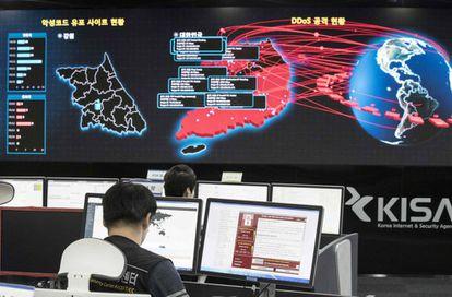 Trabajadores de la Agencia de Seguridad e Internet de Corea del Sur analizan el alcance del ciberataque de WannaCry, el lunes.