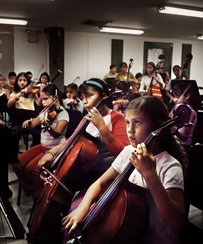 Un grupo de niños desfavorecidos aprende música en Caracas dentro del sistema de orquestas juveniles de Venezuela.