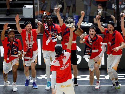 Shengelia, frente a sus compañeros, levanta el trofeo que acredita campeón de Liga al Baskonia.