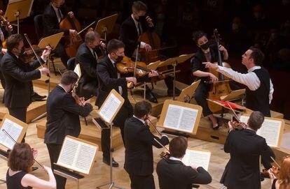Un gesto característico del director Teodor Currentzis durante la interpretación de la Sinfonía núm. 40 de Mozart.