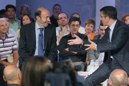 El lehendakari, Patxi López (derecha), habla con Rubalcaba durante un coloquio con militantes del PSE el pasado jueves en Bilbao.