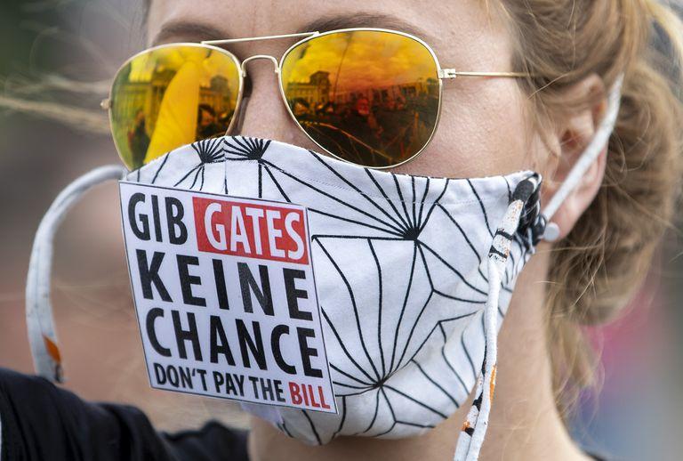 """Una mujer protesta frente al The Reichstag alemán contra las medidas de restricción llevando una mascarilla que dice: """"No des una oportunidad a Gates"""", el pasado 16 de mayo."""