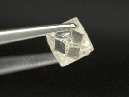 Análisis de un diamante en la sede de De Beers en Johanesburgo (Sudáfrica).