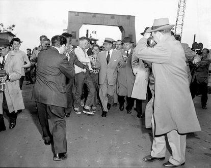 Frank Costello, gran protagonista en la sombra de 'El lamento del mafioso', rodeado de fans a la salida del centro penitenciario de Rikers en 1957.