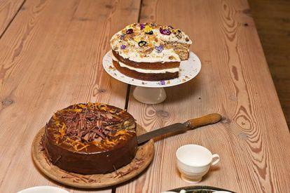 Dos tartas cocinadas por Jamie Oliver. La que está decorada con flores es un bizcocho de jengibre, y la otra, de chocolate.