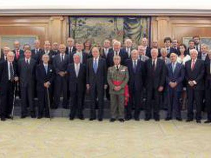Foto de familia del Rey Juan Carlos con el presidente y los delegados de las asociaciones asistentes a la XVIII Conferencia Internacional de Eurodefense, durante la audiencia celebrada esta tarde en el Palacio de la Zarzuela.