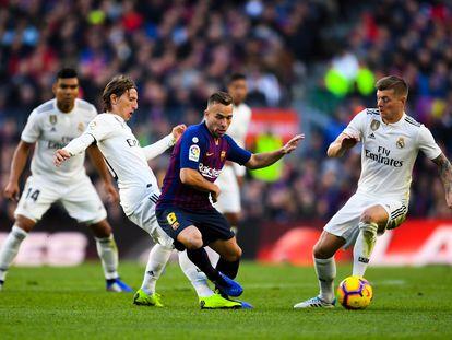 Kroos (derecha) y Modric disputan el balón con Arthur, con Casemiro al fondo, en el Camp Nou en octubre de 2018.