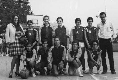 Maria Planas, la primera de pie a la izquierda, con el equipo de la Penya Esportiva Montserrat (PEM) en los años setenta.