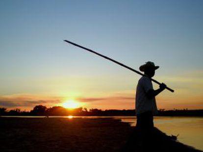 Un pescador en el río Jejui, en Paraguay.