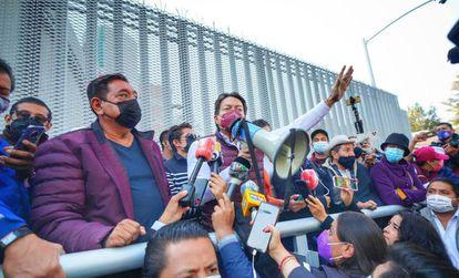 Félix Salgado Macedonio y Mario Delgado, presidente nacional de Morena, protestan afuera del Tribunal Electoral en Ciudad de México este miércoles.