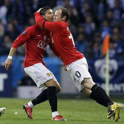 Rooney felicita a Cristiano Ronaldo tras su gol.