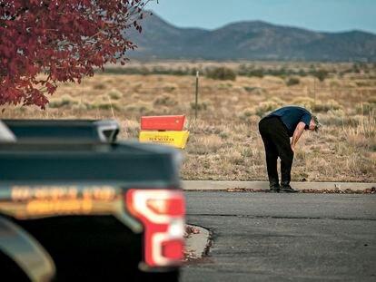 Alec Baldwin, en el aparcamiento de la oficina del 'sheriff' de Santa Fe donde ha declarado.