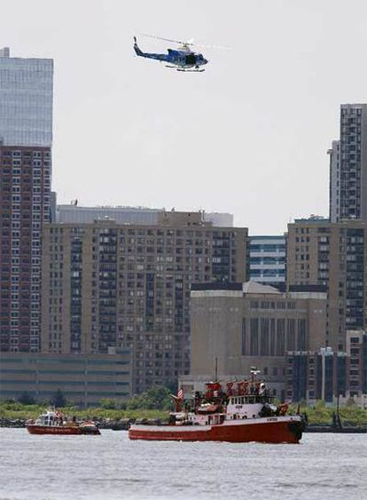 Los equipos de rescate de la ciudad de Nueva York después de que un avión y un helicóptero chocasen en el aire y se precipitasen al río Hudson