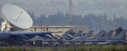 Personal de tierra trabaja en seis F-16 daneses en la base de la OTAN en Sigonella