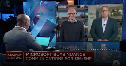 Captura de pantalla de la entrevista del CEO de Microsoft, Satya Nadella, y el de Nuance, Mark Benjamin, en la CNBC este lunes tras el anuncio de la adquisición de la segunda empresa por la primera.