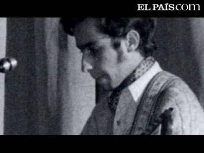 El guitarrista de Leonard Cohen, Javier Mas, nos recibe a ritmo de blues en el salón de su casa. (Este reportaje forma parte del especial 'Entre bambalinas', proyecto final de digital de los alumnos de la 23ª promoción de la Escuela de Periodismo UAM / EL PAÍS 2009)