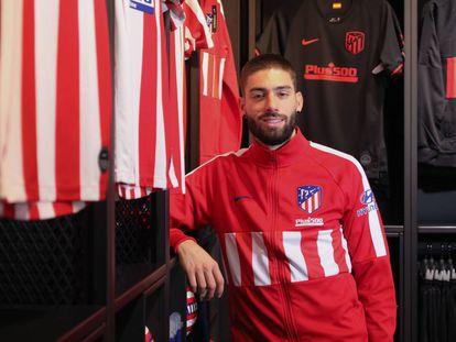 Carrasco posa para la entrevista en la tienda oficial del Atlético en el Cerro del Espino.