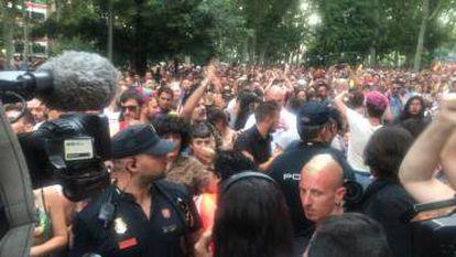 Llegada de los agentes de la UIP a la zona donde los manifestantes intentan cortar el paso a la comitiva de Cs.
