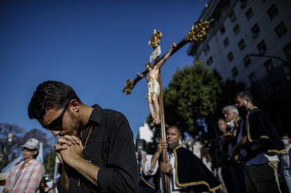 Opositores al proyecto de ley se manifiestan con un crucifijo.