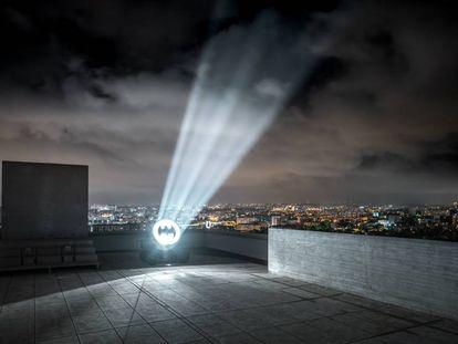 La obra 'Bat señal, 1989' de Alex Israel iluminará la ciudad de Marsella hasta agosto desde lo alto de La Cité Radieuse.  