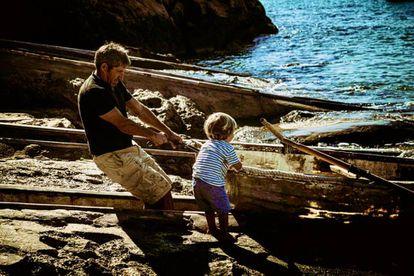 Toni Quintals con su hijo. JOAN F. RIBAS