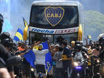 El autobús de Boca, a su salida con rumbo al estadio Monumental.