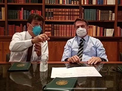 Jair Bolsonaro, en cuarentena por haber estado en contacto con una persona con coronavirus, en una retransmisión en Facebook, este jueves.