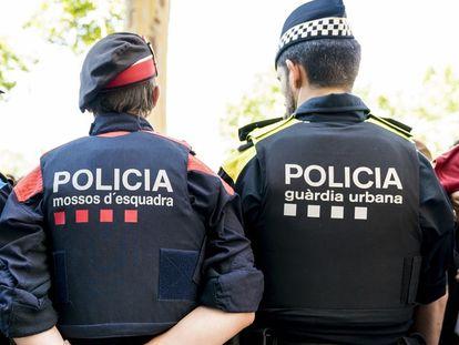 Un agente de Mossos d'Esquadra y un agente de la Guardia Urbana.