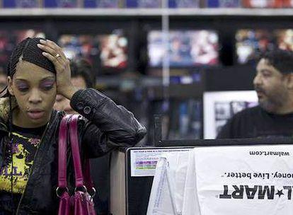 Una clienta espera para pagar su mercancía en un hipermercado Wal-Mart de Oakland (California).