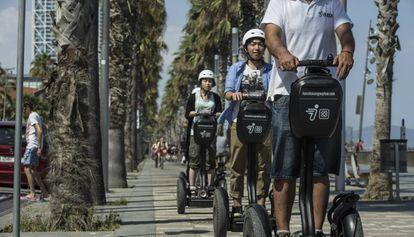 Turistes en 'segways' a Barcelona.