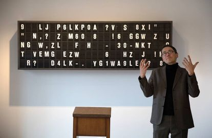 El artista Mario Klingemann, ante su obra 'Appropriate response' (2020).