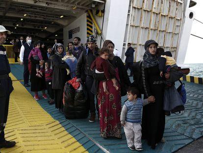 Refugiados y migrantes desembarcan del ferry Eleftherios Venizelos a su llegada al puerto de Elefsina, procedentes de la isla de Lesbos.