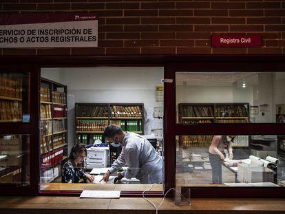 La juez de Almadén, Miriam García, revisa unos documentos en el juzgado de Puertollano. ÁLVARO GARCÍA.