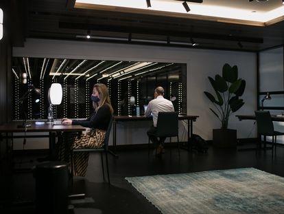 Espacio de coworking con alquiler de mesas en una de las salas del hotel Gallery de Barcelona.