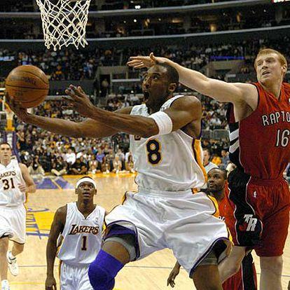 Bryant entra a canasta ante Matt Bonner, de los Raptors de Toronto.